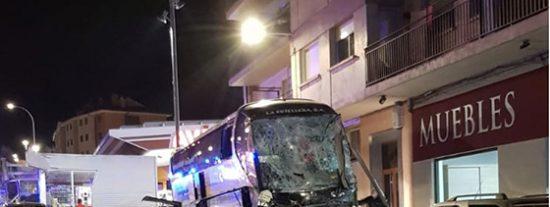 Un autobús sin frenos aplasta a una niña de 8 años y a su hermano de 5, que iban en un coche con su madre