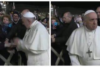 El chavista Bergoglio muestra su cara más satánica a golpes con una feligresa que le cogió la mano