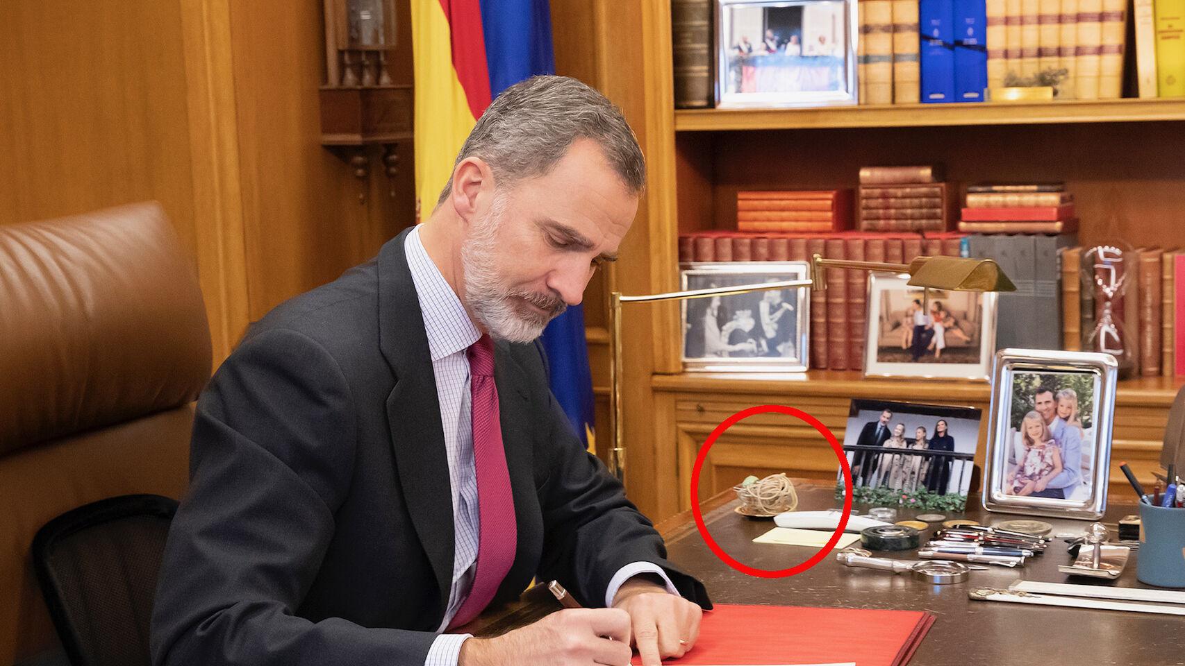 Felipe VI: El enigmático objeto que El Rey tiene en la mesa de su despacho provoca mil y un rumores