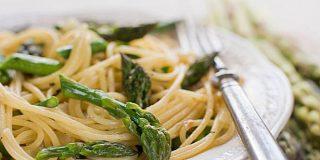 Espaguetis con espárragos