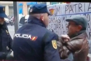PSOE: Expulsan a un español de la sede de Ferraz por exigirle a Sánchez que mantenga la unidad de España