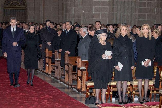 Grave incidente: fotos de la refriega entre Doña Letizia, Don Juan Carlos y Doña Sofía en pleno funeral