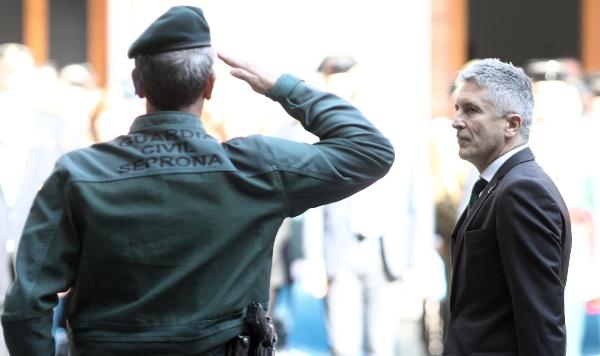 Marlaska traiciona otra vez a la Guardia Civil y planea ponerles boina foral navarra a los agentes del tricornio