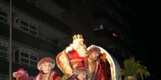 El Rey Melchor más loco, desatado lanzando caramelos contra los niños de Terrasa