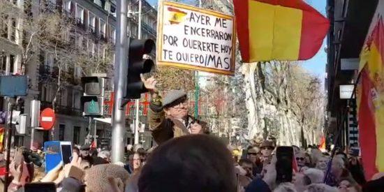 El ciudadano del ¡viva España! en Ferraz sale a hombros en la manifestación contra Sánchez