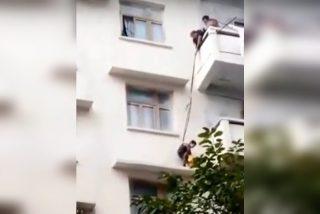 Una abuela descuelga osadamente a su nieto del balcón de un quinto piso para rescatar a su gato