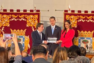 Martínez-Almeida le 'pinta la cara' a Zapatero e Iglesias en la entrega de la llave de Madrid a Juan Guaidó