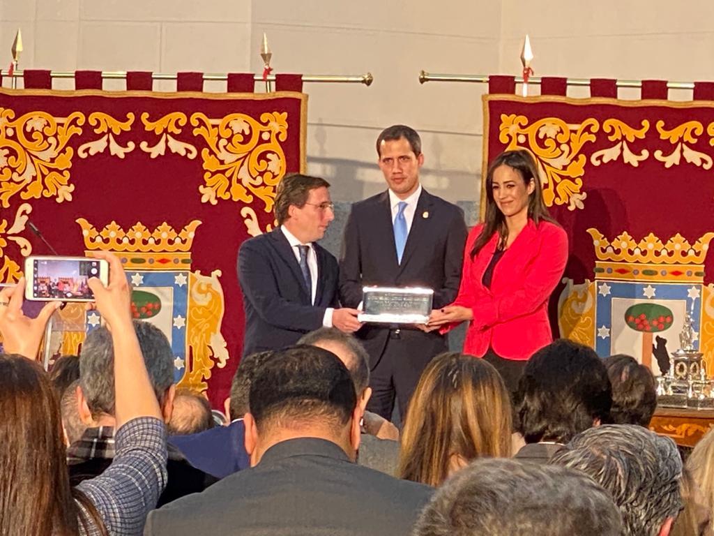 Martínez-Almeida les 'pinta la cara' a Zapatero e Iglesias en la entrega de la llave de Madrid a Juan Guaidó