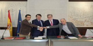 Mañueco y los líderes de CCOO, de UGT y de Cecale rubrican los primeros acuerdos de la actual legislatura