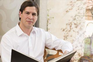 Nuevo acto de la 'ópera bufa' del hermano de Pedro Sánchez: cobra 41.000 euros por coordinar dos conservatorios separados por 130 metros