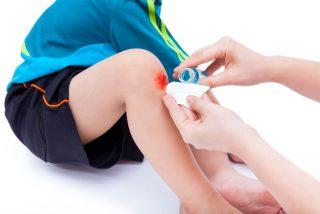¿Sabías que es malo echarse agua oxigenada para curar las heridas?