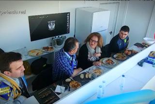 Maldini le 'chiva' de fútbol a una mujer para que deje de piedra a su esposo: la graciosa cámara oculta de 'El Hormiguero'