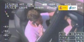 DGT: multa de 200 euros y 3 puntos por ir de listo y coger el volante con una sola mano