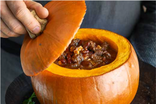 Chili con carne servido en calabaza