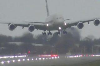 Avión: dramático aterrizaje 'en vertical' de un Airbus 380 en Heathrow, zarandeado por el temporal Dennis