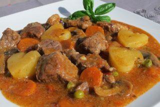 Estofado de ternera con patatas, guisantes y zanahoria