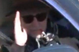Joaquín Sabina abandona el hospital con gafas de sol y 'fumando' un mentolado