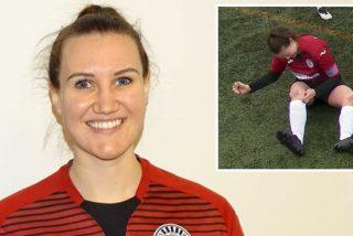La chica futbolista se disloca la rodilla, se la 'coloca' a puñetazo limpio y sigue jugando el partido