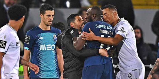 Fútbol portugués: un jugador recibe terribles ataques racistas y el árbitro le saca amarilla