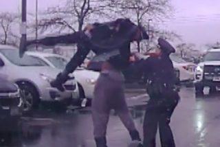 El jugador de fútbol americano Michael Harris levanta como un muñeco a un policía sobre su cabeza y lo lanza al pavimento durante un arresto