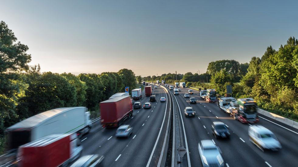 Guardia Civil: ¿multa al que va por el carril izquierdo o al conductor que lo adelante por la derecha?