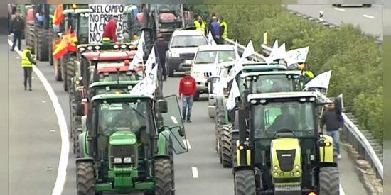 Los agricultores dan un giro a sus protestas y destrozan al Gobierno: plantean tractorada en el casoplón de Iglesias