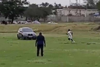 El facineroso se mete al campo con su todoterreno y va a por el árbitro del partido