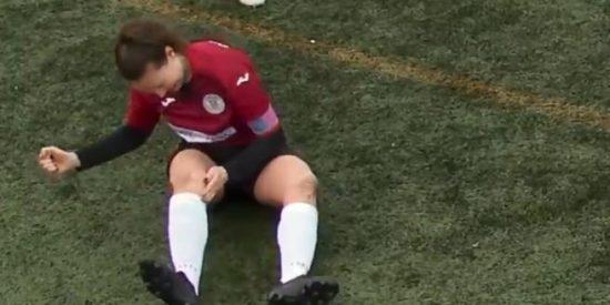 Con dos ovarios: Una futbolista se disloca la rodilla, se la recoloca y sigue jugando