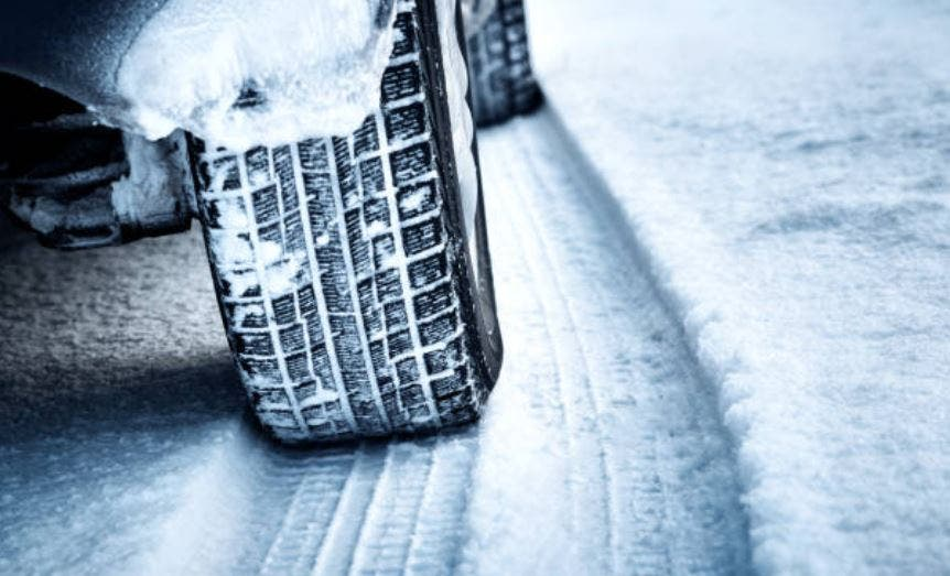 Conducir con frio: ¿qué llevar en el coche si nieva?