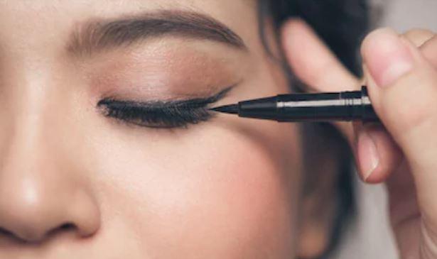 Trazos de eyeliner gruesos