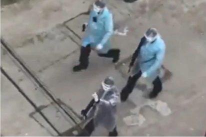 Wuhan: Unos raros patrulleros con batas y rifles toman la 'ciudad natal' del coronavirus