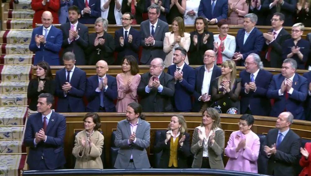"""La foto de los escaños de Podemos y sus sueldazos ocultos incendia las redes: """"El gobierno de la gente corriente"""""""