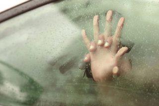 Barcelona: tres hombres violan a una mujer dentro de un coche aparcado a mitad de la calle