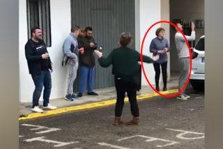 La alcaldesa de Massalavés se burla de la cuarentena bailando en el medio de la calle