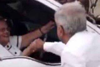 Ni el coronavirus lo impidió: el demagogo López Obrador saludó a la madre de