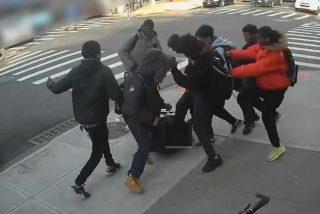 Escalofriante ataque de 20 adolescentes a una niña de 15 años, para robarle el móvil y las zapatillas