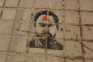 La ultraizquierda ataca de nuevo y saltándose el confinamiento: pintadas amenazantes a Abascal con un tiro en la cabeza