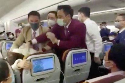 Coronavirus: retienen a una mujer en su asiento tras 'toser deliberadamente' en un avión