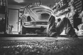 Chiste: el del taller mecánico con un jefe lumbreras