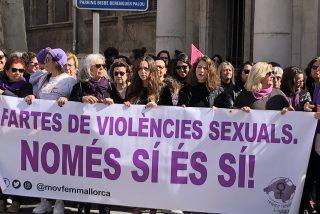 La consejera Fina Santiago y las feministas que callan en el caso de niñas prostituidas se manifiestan contra la 'Justicia patriarcal' en Palma