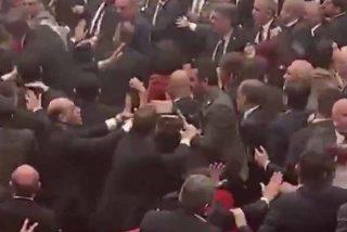Batalla campal en el parlamento de Turquía: el detonante de los puños entre oficialistas y opositores al régimen de Erdogan
