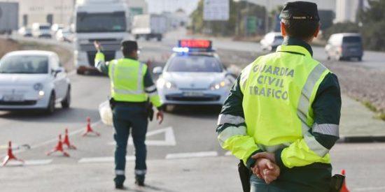 Atascos a la salida de Madrid y Sevilla por los controles de la DGT en Semana Santa