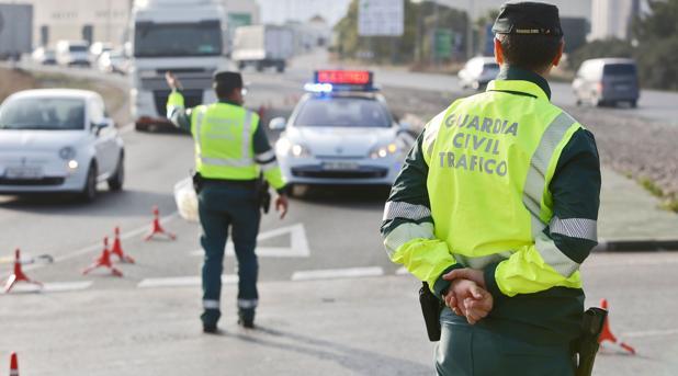 Un coche con cuatro pasajeros atropella a un guardia civil y le deja en estado grave