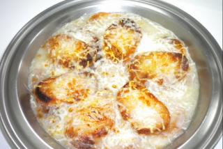 Sopa cebolla gratinada