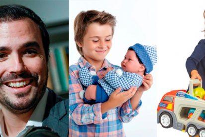 Alberto Garzón quiere ver a niños jugando con 'cocinitas' y niñas con 'cochecitos': Así regularán la publicidad de los juguetes