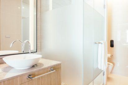 Platos de ducha: sigue estas ideas para tener conseguir baños actuales y modernos