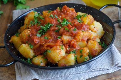 Patatas bravas: Crujientes y picantes