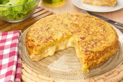 Tortilla de patatas: rellena de jamón y queso