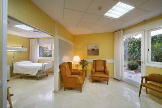 La lujosa suite de Carmen Calvo en el hospital indigna a pacientes hacinados y la Policía la hunde en Twitter