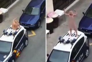 La detiene la Policia por saltarse el confinamiento y en cuanto la sueltan, se encarama desnuda al coche patrulla